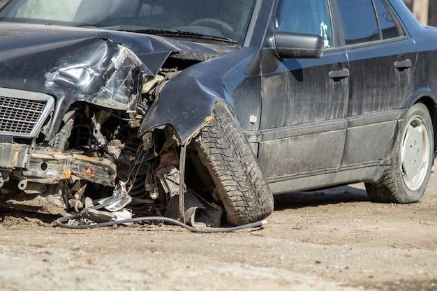 Acidente de carros em uma estrada. Foto Premium