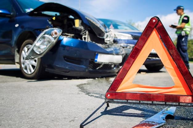 Acidente de via com carros esmagados Foto gratuita