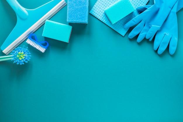 Acima da moldura com produtos de limpeza azuis Foto gratuita
