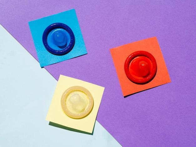 Acima da vista preservativos no fundo colorido Foto gratuita
