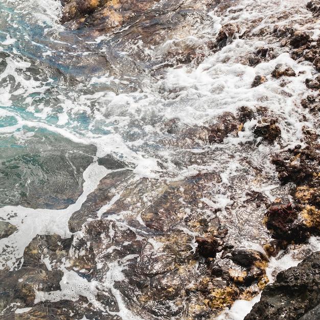 Acima de ver as ondas na costa rochosa Foto gratuita
