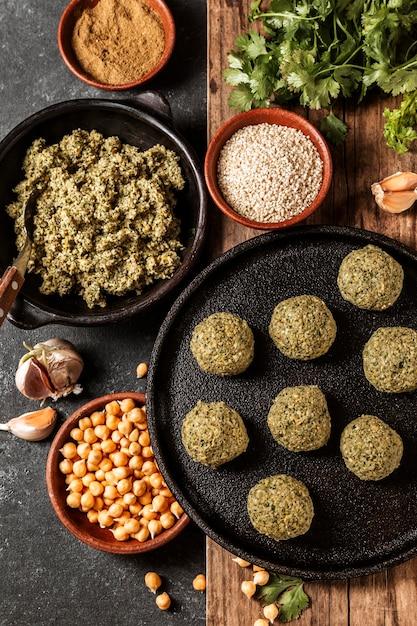 Acima, veja a saborosa composição de comida judaica Foto gratuita