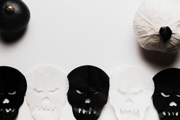 Acima vista abóboras e caveiras preto e brancas Foto gratuita