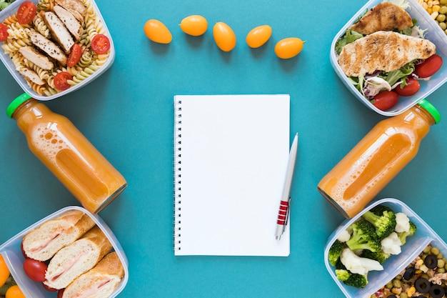 Acima vista alimentos saudáveis em recipientes Foto gratuita