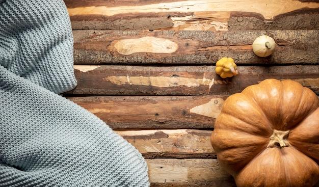 Acima vista arranjo com abóboras e cobertor Foto gratuita