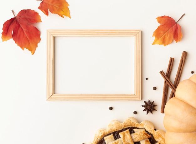 Acima vista arranjo com comida e moldura de madeira Foto gratuita
