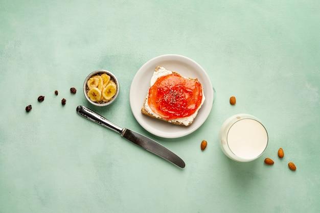 Acima vista arranjo com saboroso café da manhã sobre fundo verde Foto gratuita