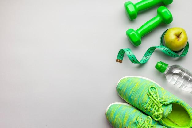 Acima, vista, arranjo, com, verde, dumbbells, e, copy-space Foto gratuita