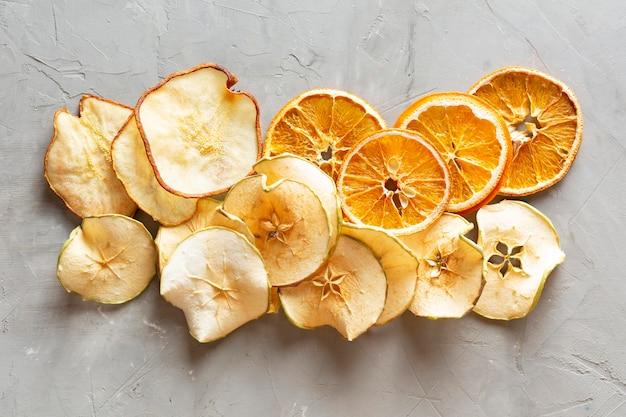 Acima vista arranjo de frutos secos Foto Premium
