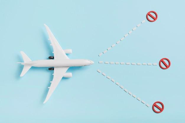 Acima vista avião brinquedo sobre fundo azul Foto gratuita