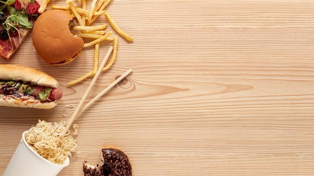 Acima vista comida decoração com fundo de madeira Foto gratuita
