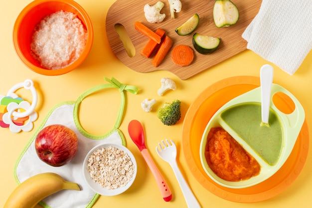 Acima vista comida para bebê em tigelas Foto gratuita