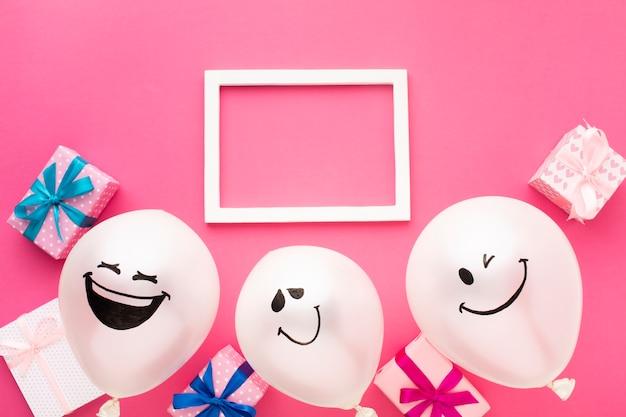 Acima vista decoração de festa com moldura branca e balões Foto gratuita