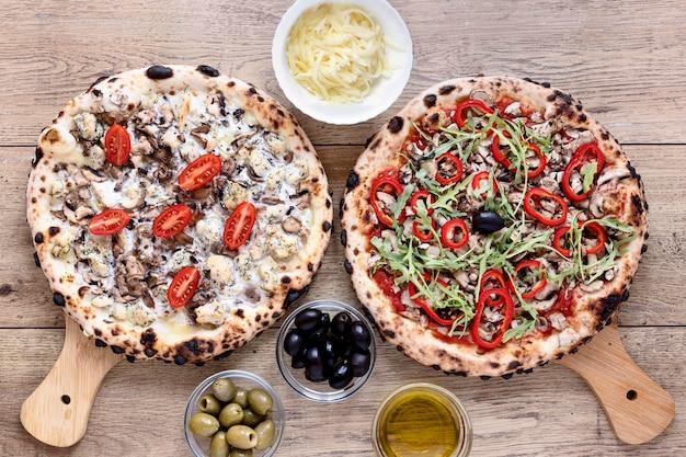 Acima vista pizza de cogumelos e tomate Foto gratuita