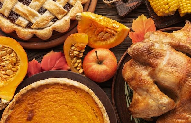 Acima vista variedade com deliciosa comida de ação de graças Foto gratuita