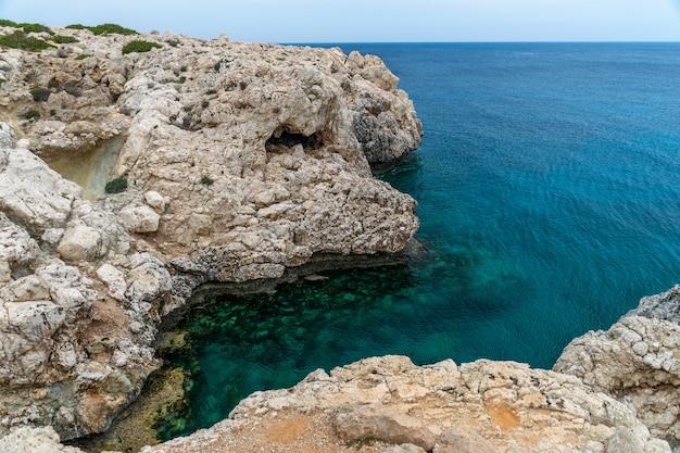 Acolhedora baía pitoresca nas margens do mar mediterrâneo Foto Premium