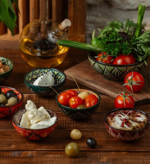 Acompanhamentos para o almoço em pequenas tigelas com padrões tradicionais Foto gratuita