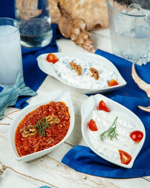 Acompanhamentos turcos, pratos de iogurte e pimentão Foto gratuita