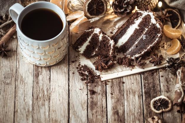 Aconchegante xícara de chá e pedaço de bolo Foto gratuita