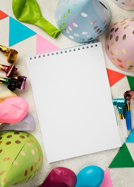Acordo com notebook e chapéus de festa Foto gratuita