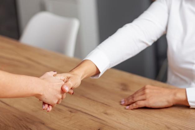Acordo de handshake de negócios de alto ângulo Foto gratuita
