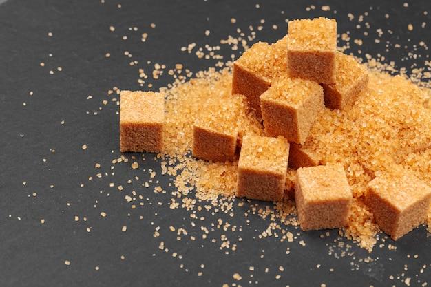 Açúcar em fundo escuro close-up Foto Premium