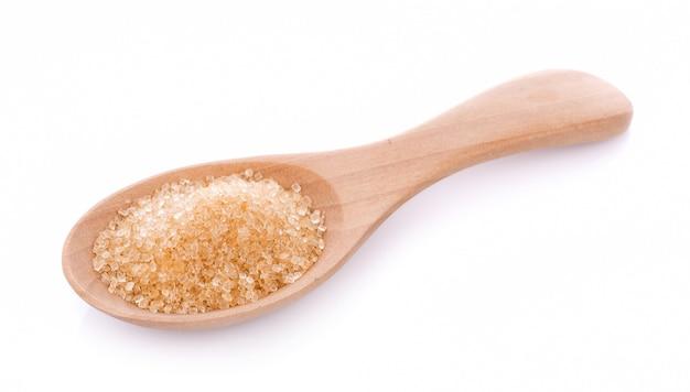 Açúcar mascavo em colher de pau isolado Foto Premium
