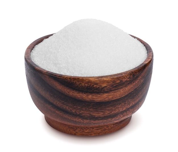 Açúcar na tigela de madeira isolada no fundo branco Foto Premium