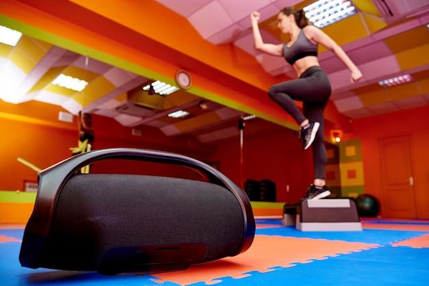 Acústica portátil na sala de aeróbica Foto Premium