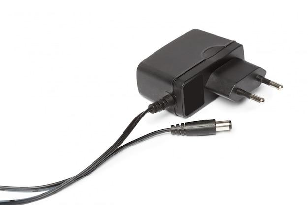 Adaptador de energia elétrica isolado no fundo branco Foto Premium