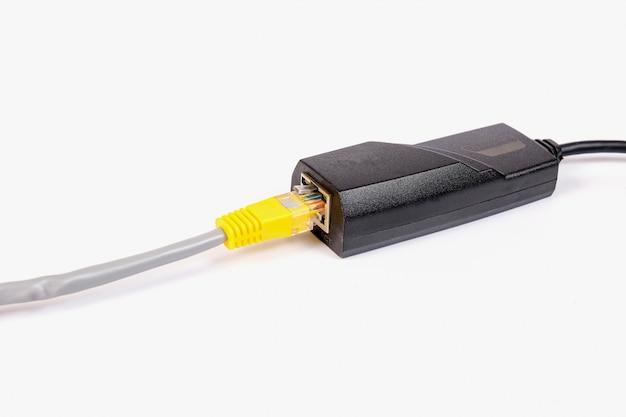 Adaptador fixo rj45 à tomada usb da ferramenta de rede do computador. Foto Premium
