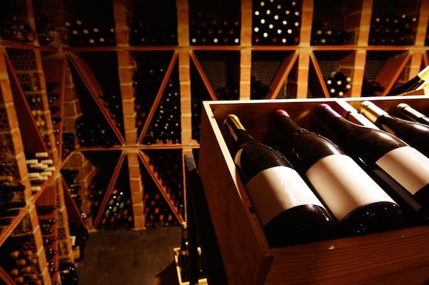 Adega de vinho do mediterrâneo com garrafas Foto Premium