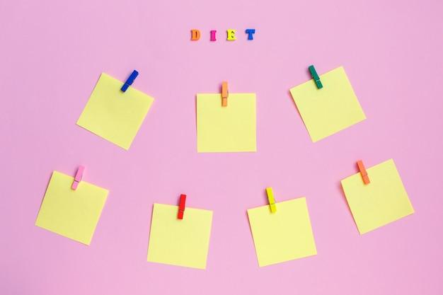 Adesivos de papel colorido no fundo rosa Foto Premium