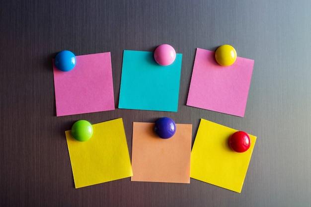 Adesivos vazios para notas na geladeira presa com ímãs. Foto Premium