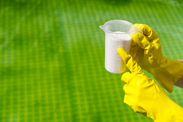 Adição de pó de cloro na piscina para remover algas e desinfetar a água. conceito de cuidados de piscina inflável. Foto Premium