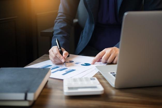 Administrador de negócios, inspetor financeiro e secretário, fazendo um relatório, calculando o saldo. documento de verificação do internal revenue service. conceito de auditoria Foto Premium