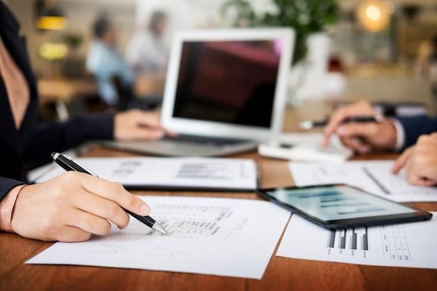 Administrador de negócios, inspetor financeiro e secretário, fazendo um relatório, calculando o saldo. Foto Premium
