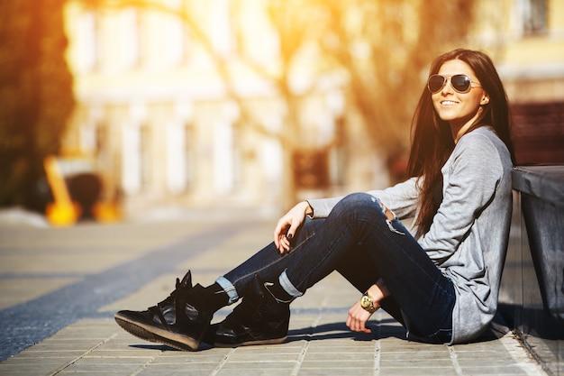 Adolescente apreciando o pôr do sol Foto gratuita