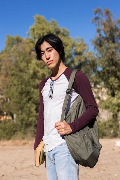 Adolescente asiática no parque Foto gratuita