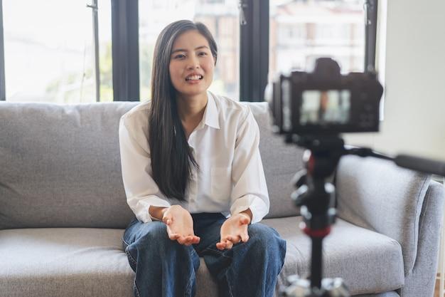 Adolescente asiático falando com a câmera gravando imagens para clipes de mídia social Foto Premium