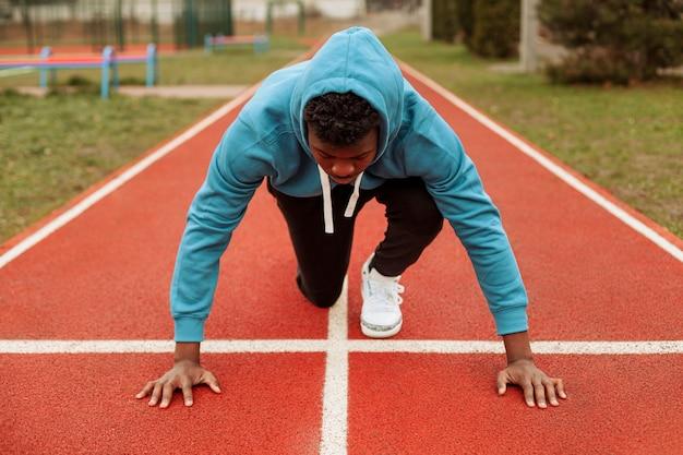 Adolescente ativo correndo ao ar livre Foto gratuita