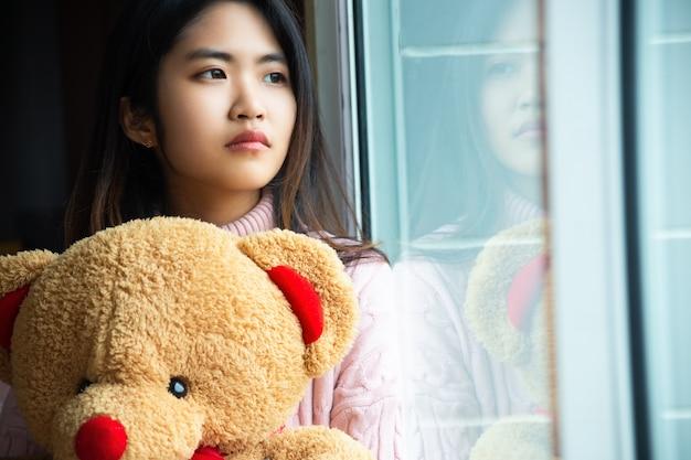 Adolescente bonito com grande urso de pelúcia Foto gratuita