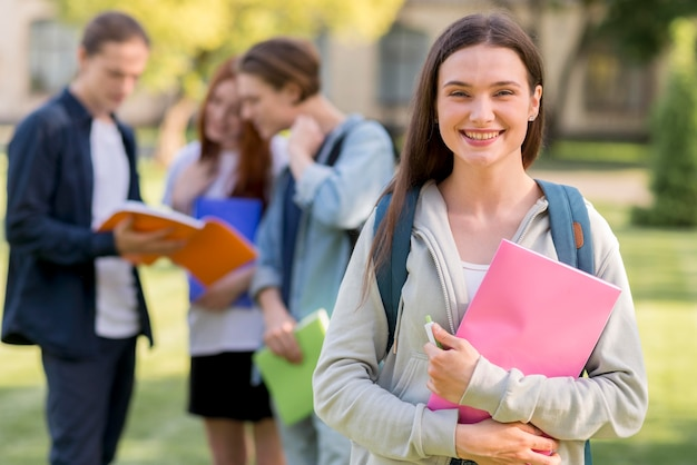 Adolescente bonito feliz por estar de volta à universidade Foto gratuita