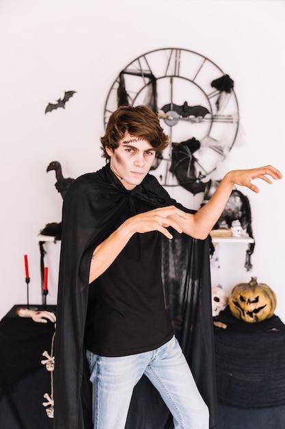 Adolescente, com, dia das bruxas, desagradável, fazer, zumbi, gestos Foto gratuita