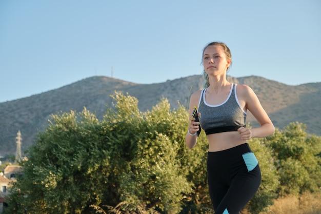 Adolescente correndo ao ar livre Foto Premium