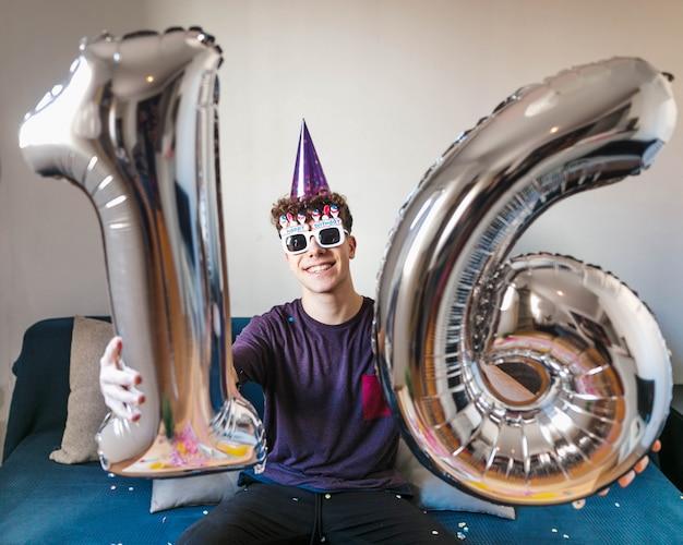 Adolescente de vista frontal comemorando aniversário Foto gratuita