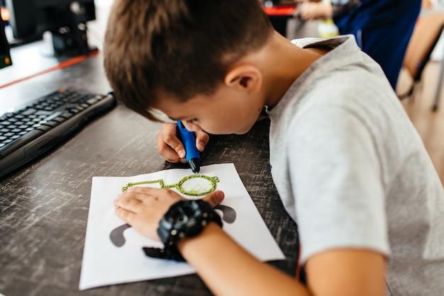 Adolescente desenha óculos 3d Foto Premium