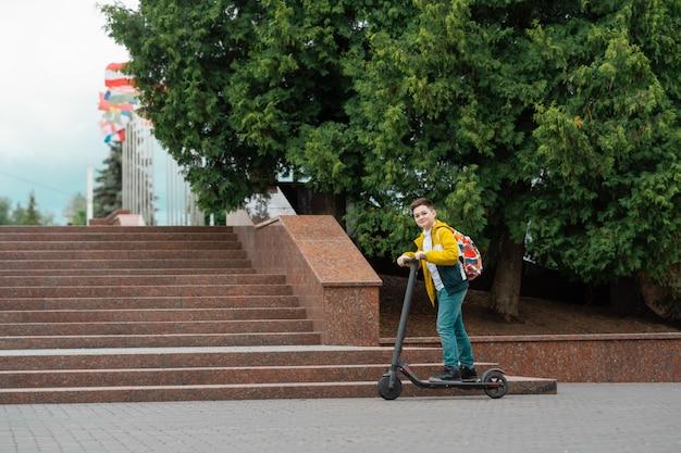 Adolescente em scooter elétrico. Foto Premium