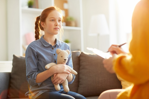 Adolescente em sessão de terapia Foto Premium