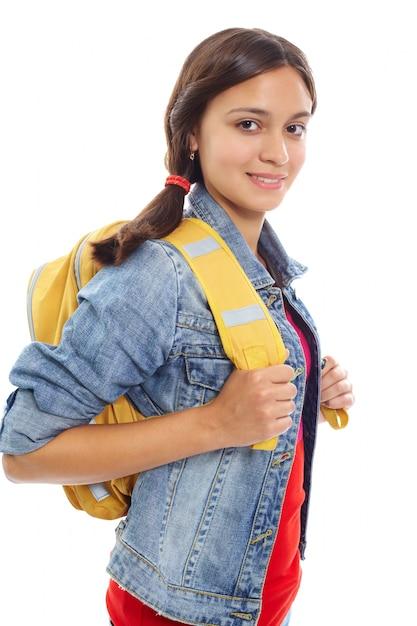 Adolescente feliz carregando uma mochila amarela Foto gratuita